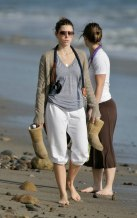 Jessica_Biel_walks_her_dogs_on_the_beach_in_Malibu_with_some_friends_17