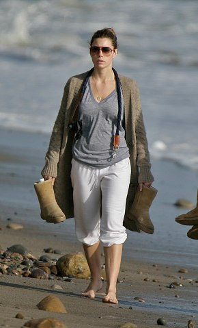 Jessica_Biel_walks_her_dogs_on_the_beach_in_Malibu_with_some_friends_20