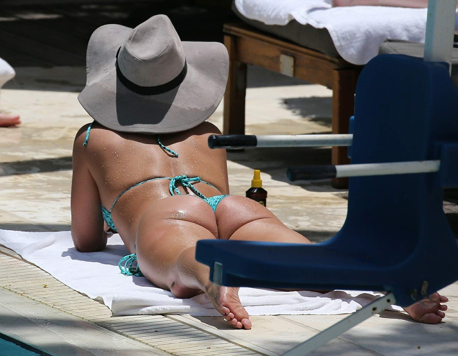 Britney Spears Airs Out Her Butthole In A Bikini