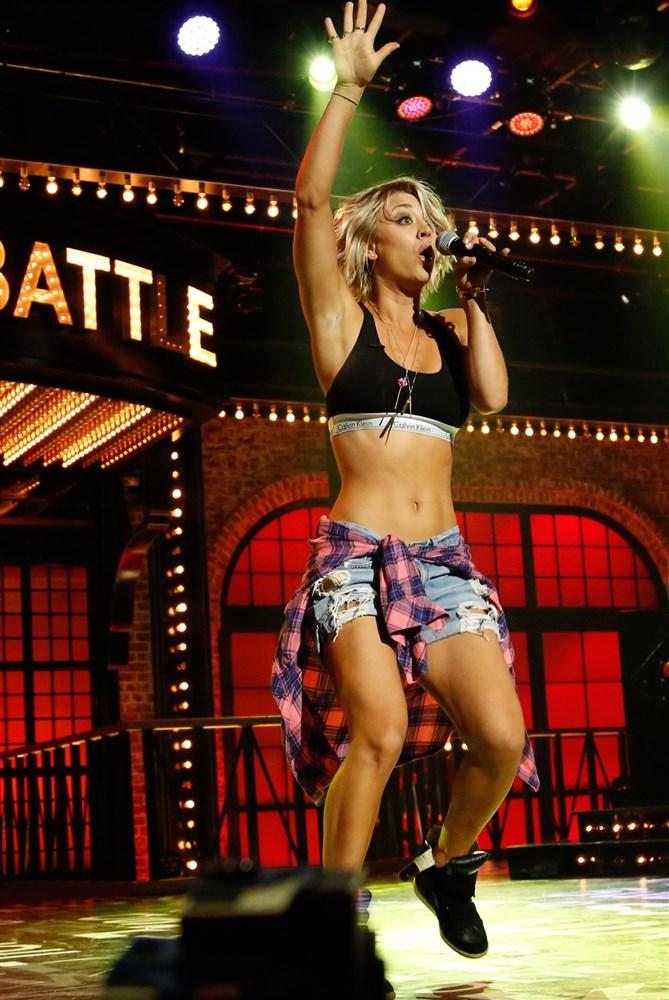 """Kaley Cuoco In A Sports Bra On """"Lip Sync Battle"""""""