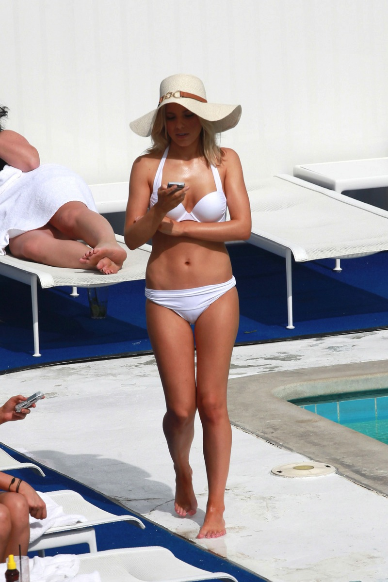 UK Pop Whore Mollie King Invades USA, Exposes Breast