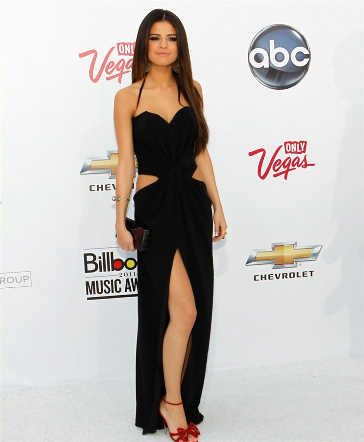 Selena Gomez Mocks Islam In Modified Burka
