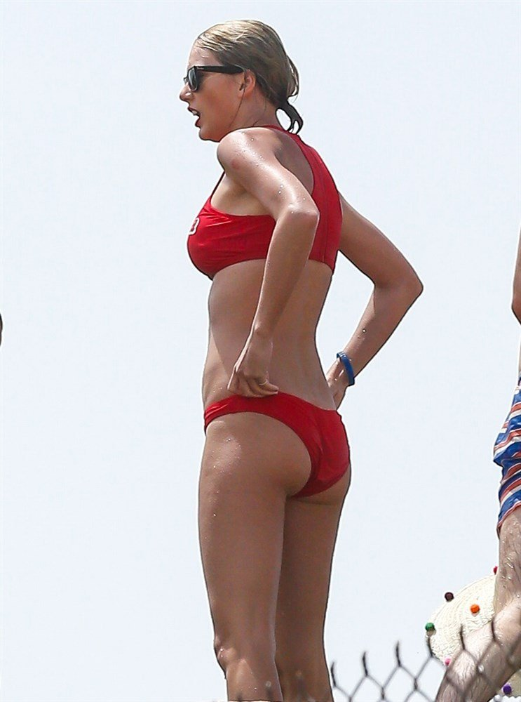Taylor Swift And Her Celeb Friends In Bikinis For The 4th Of July