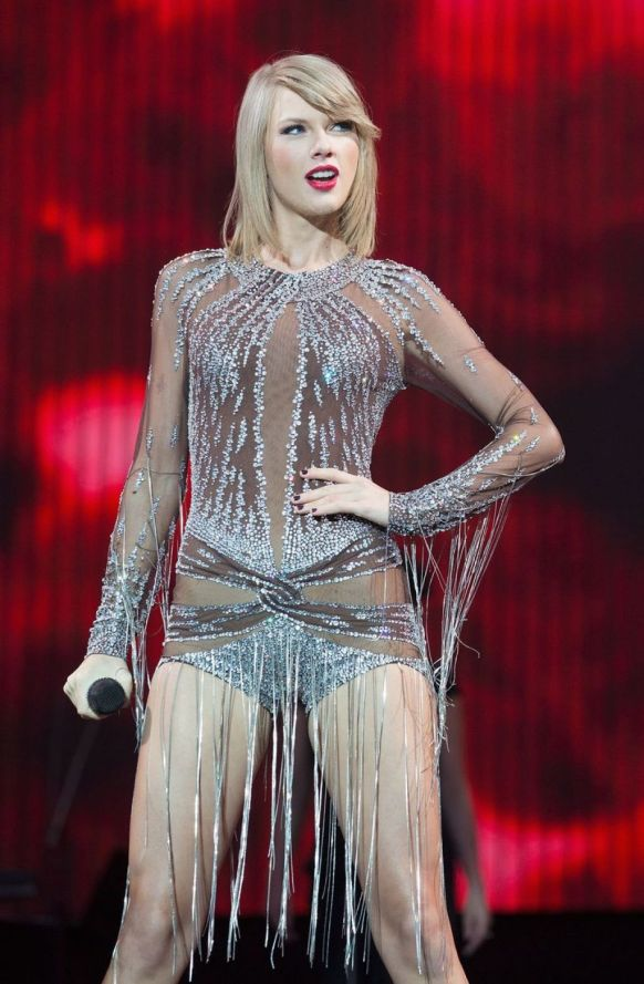 Foto-foto Seksi Taylor Swift Dengan Baju Transparan Di Acara BBC Radio 1's Big Weekend