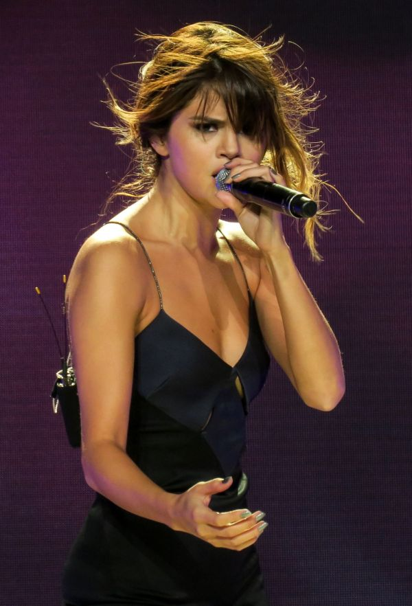 Selena Gomez Performing Her 'Revival Tour' in Los Angeles ...