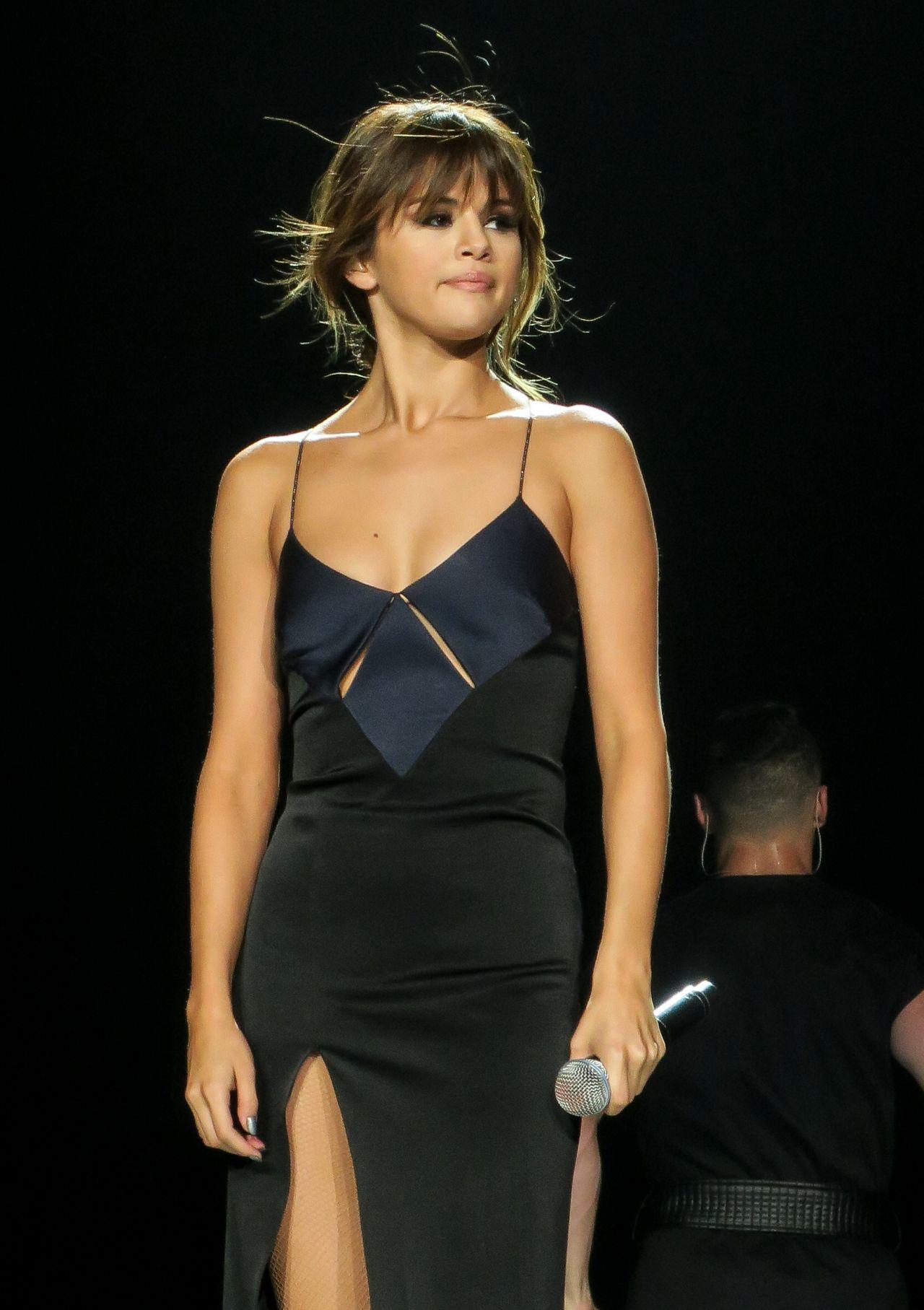 fbe188d4f2190 Selena Gomez – Os looks da Revival Tour. – Júlia Azambuja