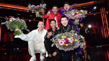 Melodifestivalen 2020 Andra Chansen winners, Anis Don Demina, Paul Rey, Felix Sandman, and Méndez & Alvaro Estrella, all holding flowers.