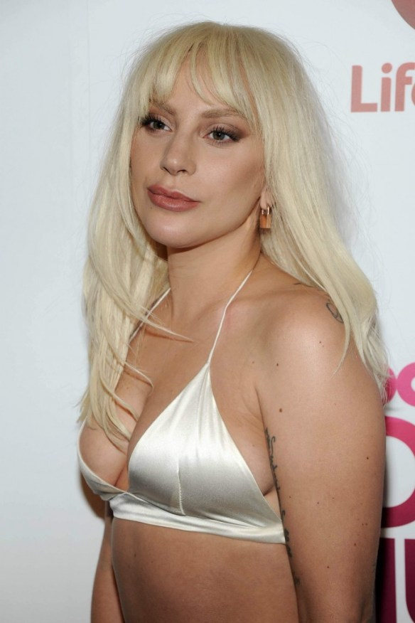 Lady-Gaga-Cleavage-17
