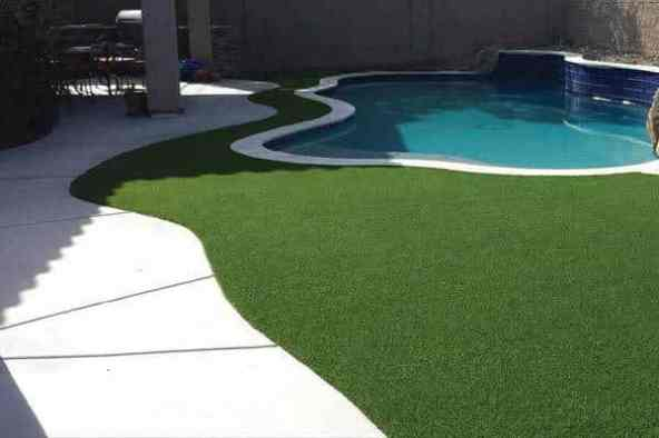 artificial-lawn-surrounding-pool-deck