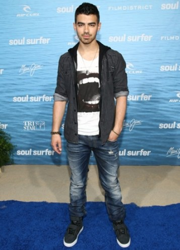 Joe Jonas Height Weight Body Shape