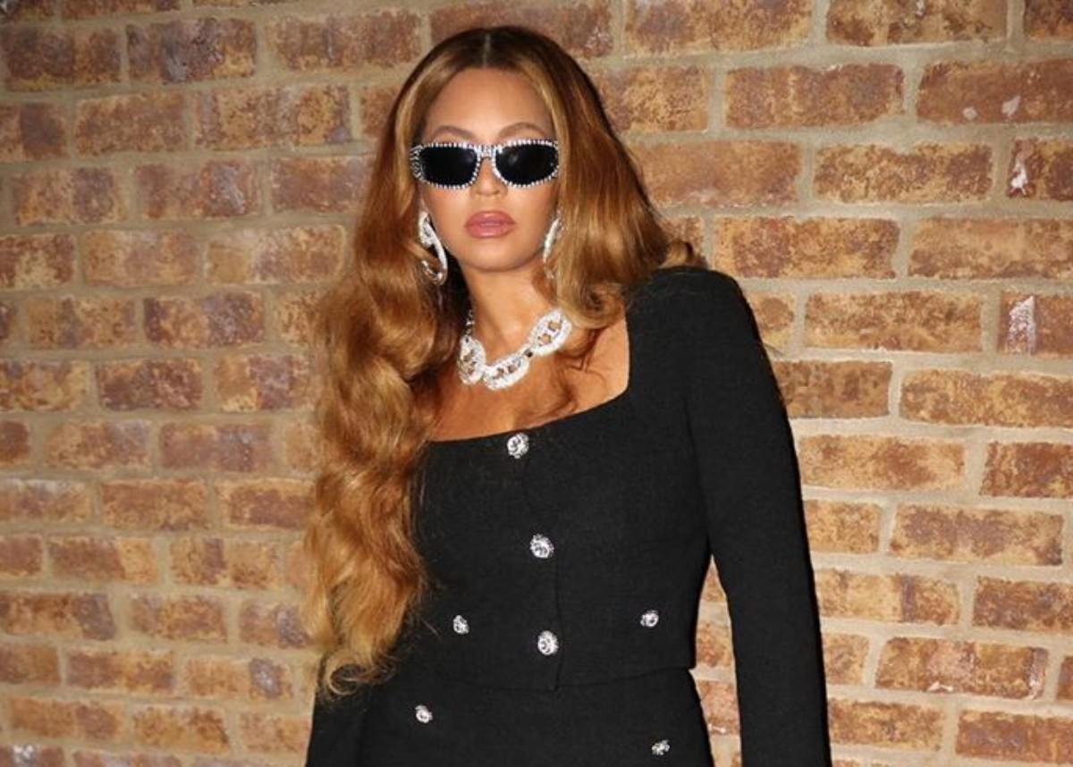 Photo of Beyonce Puts Her Curves On Full Display In Black Mini Skirt