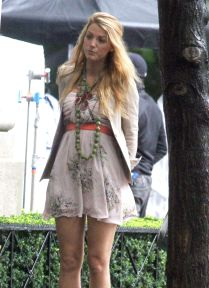 437987165_Blake_Lively_upskirt_on_the_set_of_Gossip_Girl_in_NYC_04_122_591lo