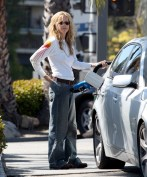 Meg_Ryan_pumping_gas_in_Brentwood_03