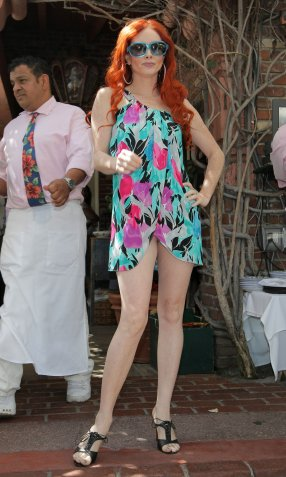 Phoebe_Price_posing_at_the_Ivy_02