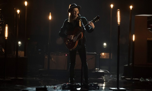 """WATCH: James Bay Performs """"Let It Go"""" at the 2016 American Music Awards"""