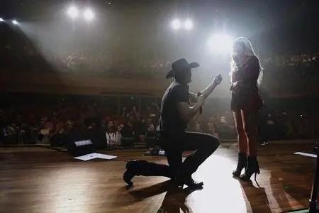 Jon Pardi's proposing his girlfriend Summer Duncan on stage.