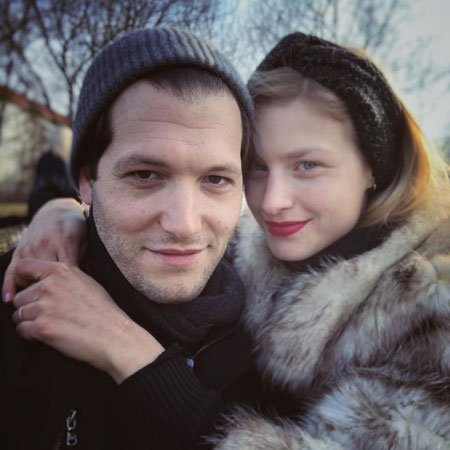 Jeff Wilbusch is in a relationship with his girlfriend Anna Platen, who goes by Anna Wilbusch now.