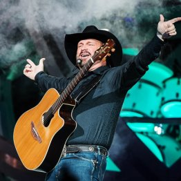 Garth Brooks Weight Height Eye Color Body Measurements Shoe Size Hair Color Chest Size Complexion