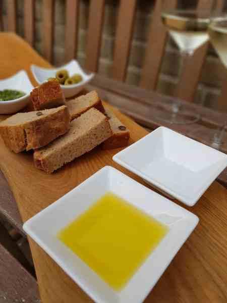 brood dopen met olijfolie en zout