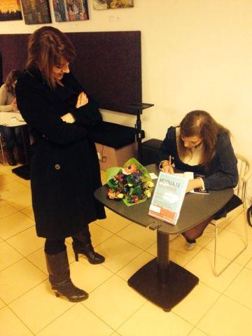 Celia Domínguez firmando su libro