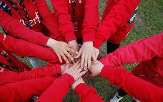 Dugnad krever teamwork. Sport og aktivitet for barn og ungdom.