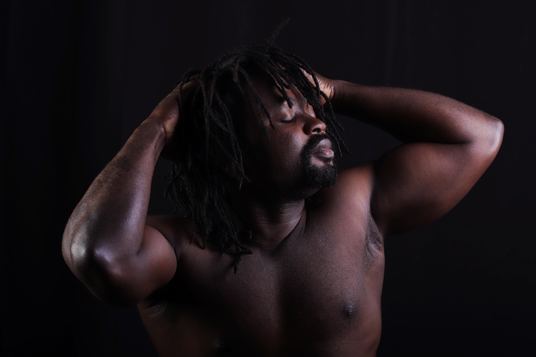 Shooting modèle homme nu artistique masculin photothérapie photo-thérapie africain