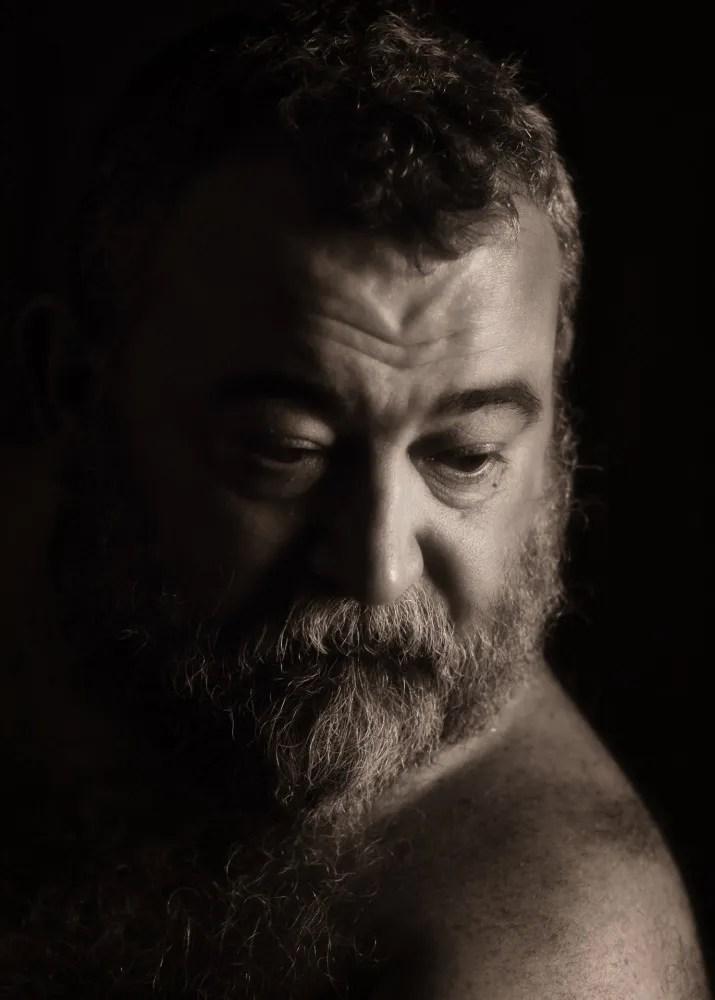 Portrait d'un homme barbu et ours en clair obscur sépia