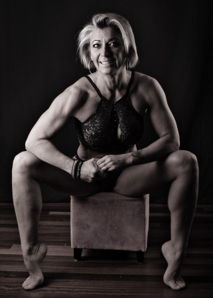 Femme athlétique en nu artistique et lingerie