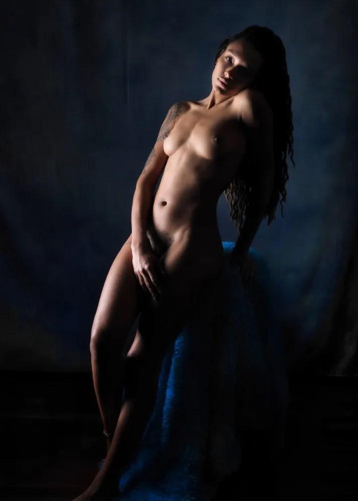 Femme black modèle en nu artistique et photothérapie