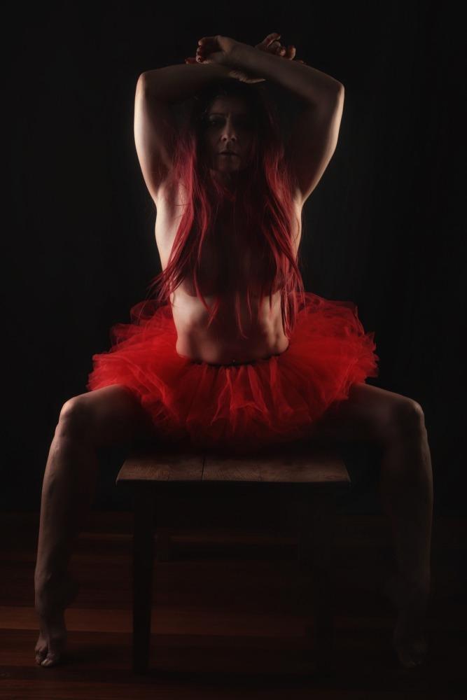 femme en nu artistique en tutu rouge et cheveux rouges séance photothérapie femme photographe