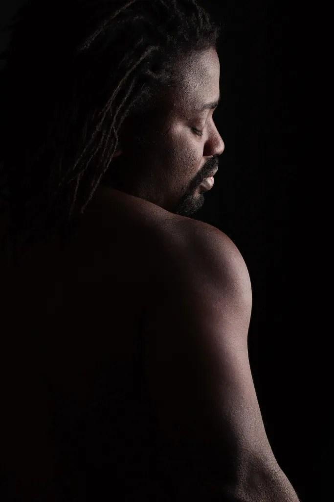 portrait homme black en nu artistique de profil les yeux fermés