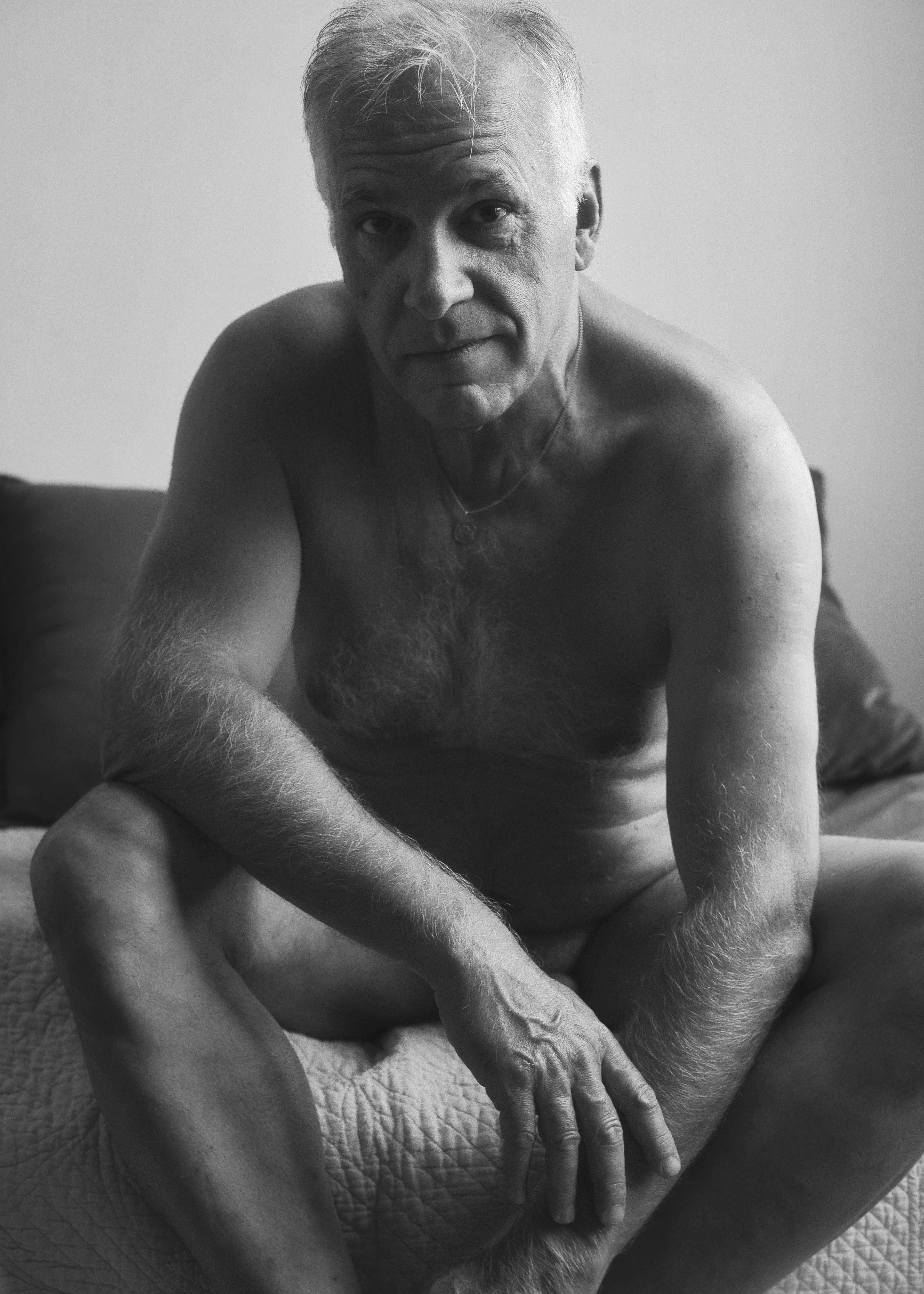 portrait d'un homme mature cheveux blancs en nu artistique noir et blanc
