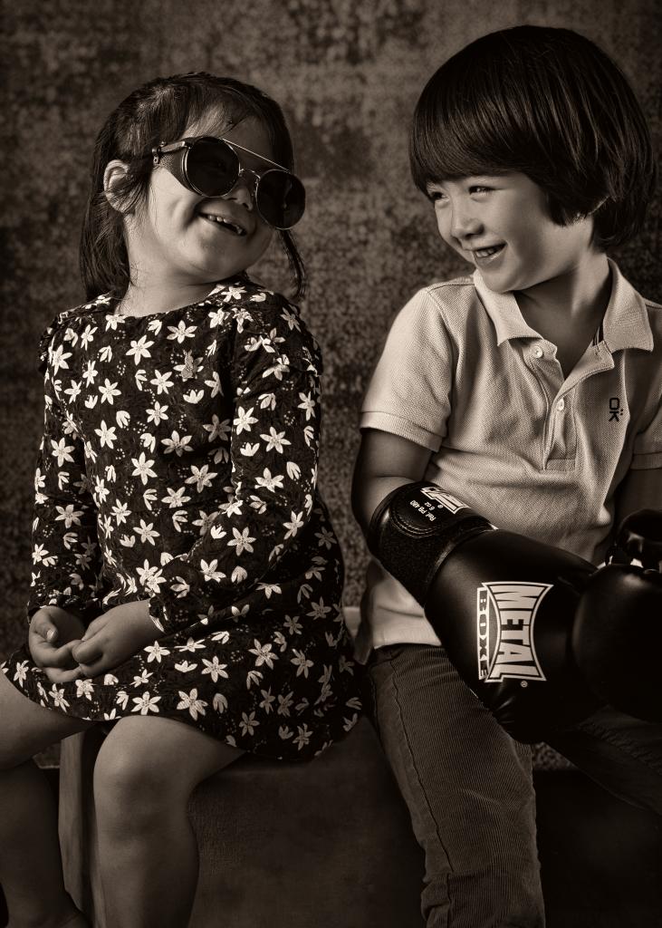 portrait deux enfants eurasiens se souriant en noir et blanc sépia