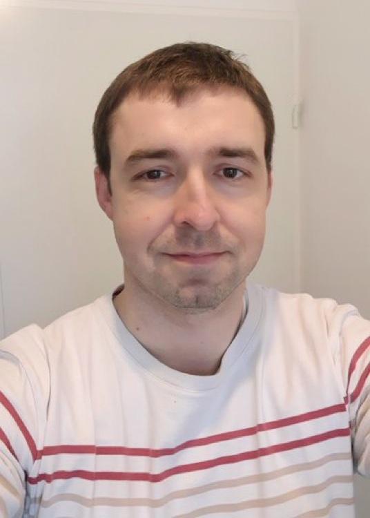 portrait homme habillé en t-shirt