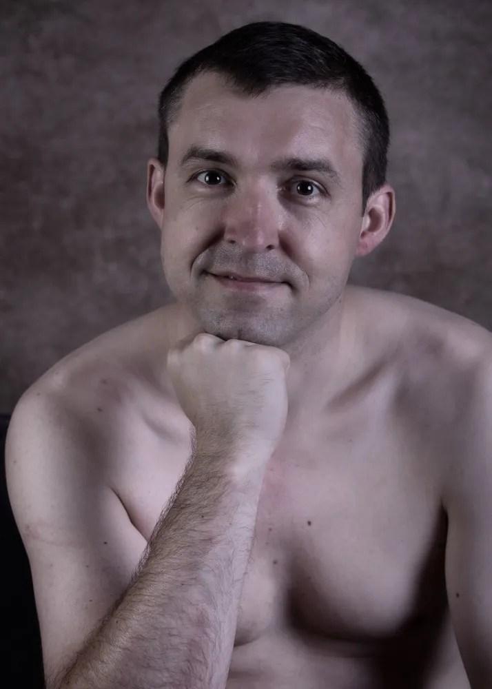 portrait d'un homme en nu artistique la main sous le menton