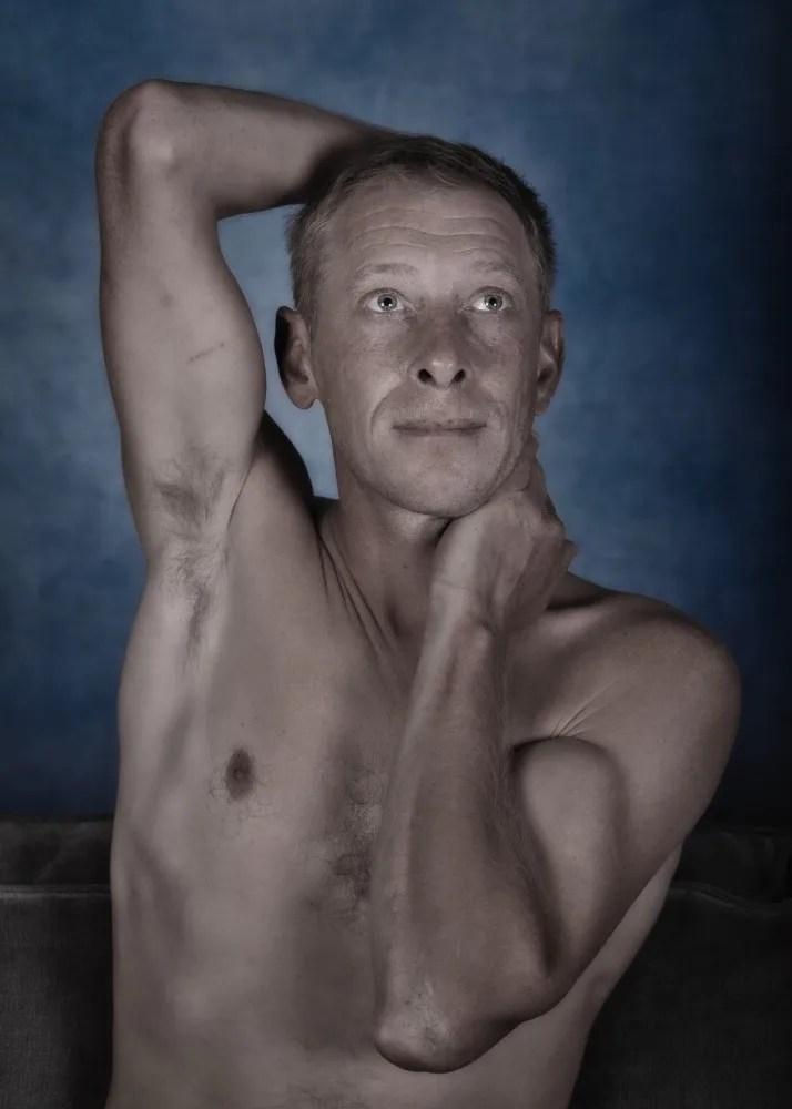 portrait couleur homme en nu artistique les mains autour de la tête