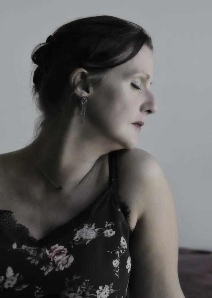 portrait de profil d'une femme en lumière naturelle