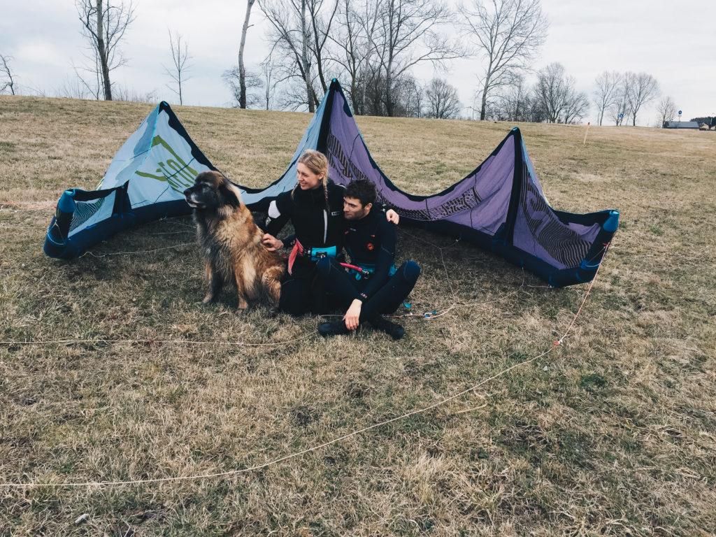 Kiten am Altmühlsee kitesurfcouple mit hund