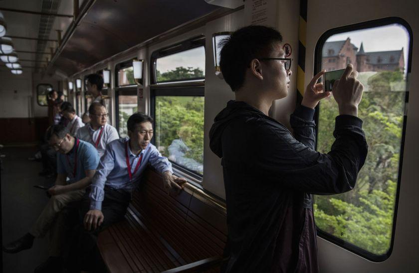 Sforum - Trang thông tin công nghệ mới nhất i05 Ngắm nhìn trụ sở mới của Huawei tại Trung Quốc: Như châu Âu thu nhỏ, có hệ thống xe điện riêng, nhân viên đi làm như đi du lịch