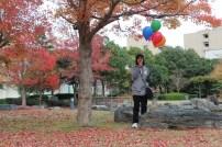 Dan....aha....akhirnya dia berhasil mendapatkan kelima balon itu dengan utuh. Tak ada yang meletus meskipun balon itu berwarna hijau.