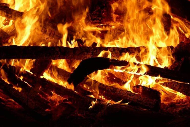 Es una llama grande que tiene lena quemando