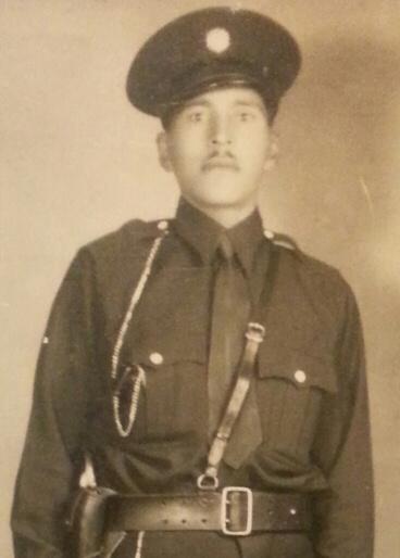 Es un hombre vestido de soldado guardian la foto se ve muy antigua