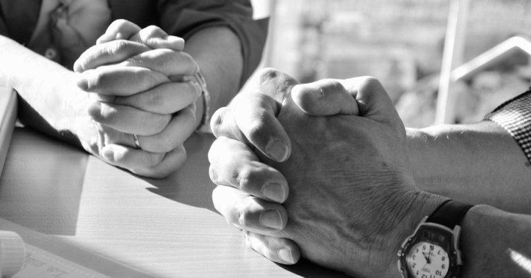 Es una pareja que estan orando unidos pero solo se ven las manos juntas y cada quien con sus manos unidas orando