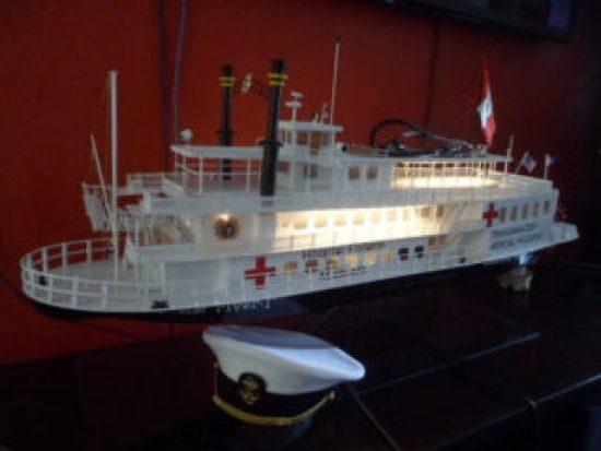 Es una barco maqueta que dice que es hospital