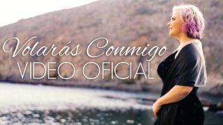 Es la Cantante Karina Moreno frente a la playa