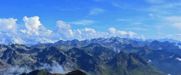 Son los altos valles de los Pirineos o sea es una cadena montanosa entre Francia y Espana