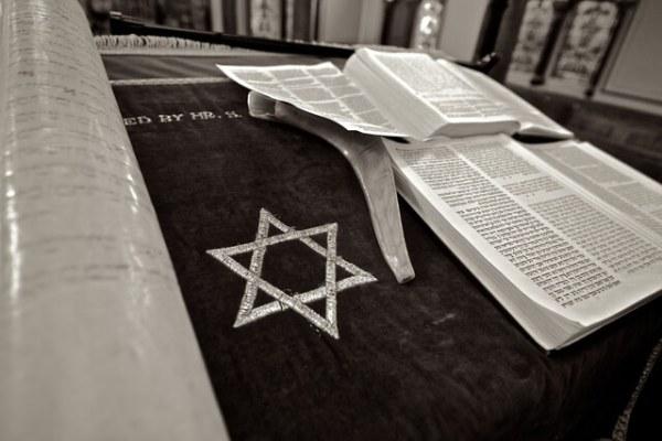 Es una foto con la estrella de David el Talmud judio y un shofar