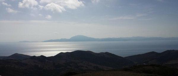 Es el Estrecho de Gibraltar donde se ven una pequena montana a lo lejos dividida por el mar