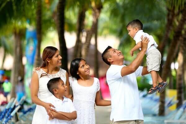 Es una familia compuesta de padre madre don ninos y una nina estan contentos y unidos