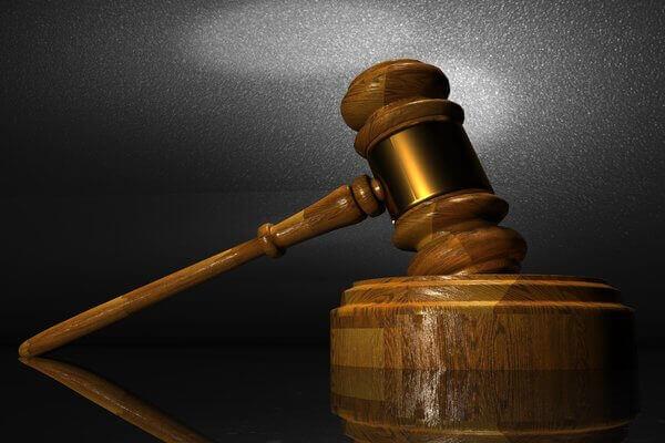 Es un mazo de palo que usa el juez para cerrar un juicio